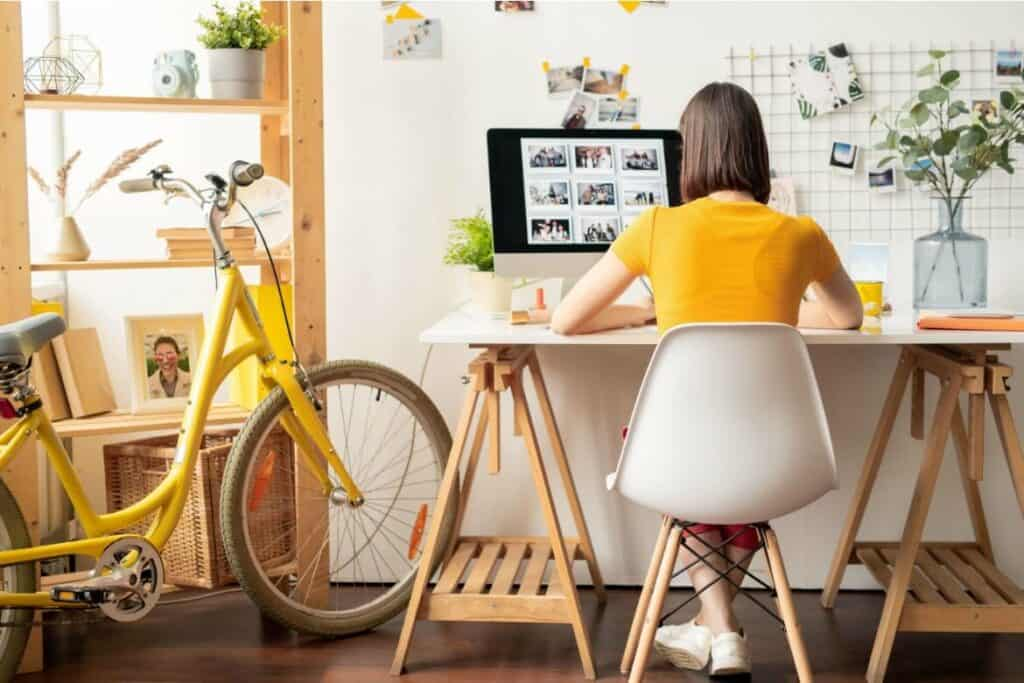 Working from home at a temporary job is a great way to make an extra $1000 quickly.